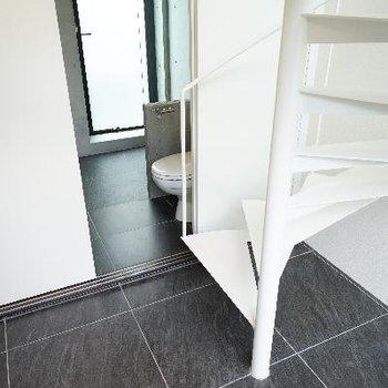 玄関を開けると螺旋階段です!