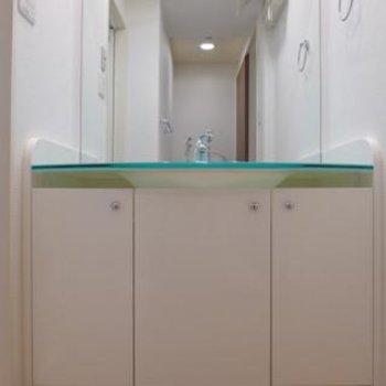 洗面台も水色と、ここもキュートですね ※写真は別部屋