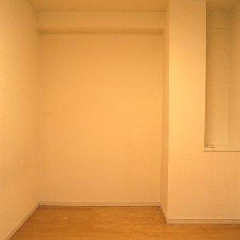 寝室はこちらに。