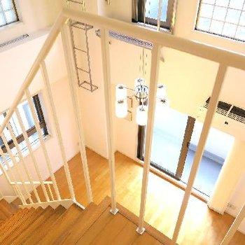 優雅に階段を降りる、朝。