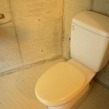 となりにトイレ。こちらもシンプル。