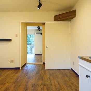 キッチン側から。L字のお部屋です!