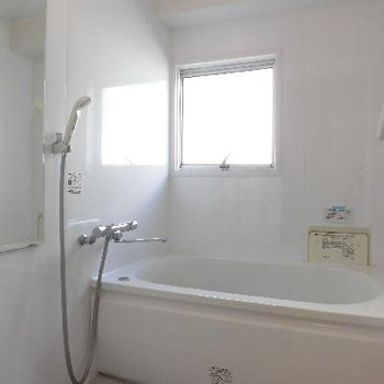 お風呂は小窓付き!※写真は前回募集時のものです