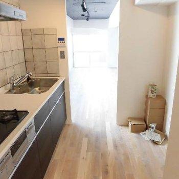 キッチンスペースはこんなに広いです。※端の荷物は撤去されます※写真は前回募集時のものです