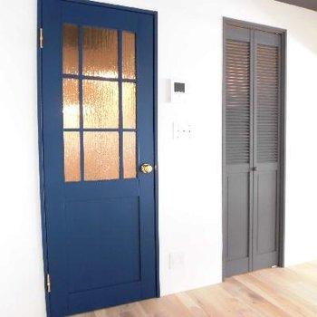 ブルーの扉がアクセント!グレーはWICドアです。※写真は前回募集時のものです