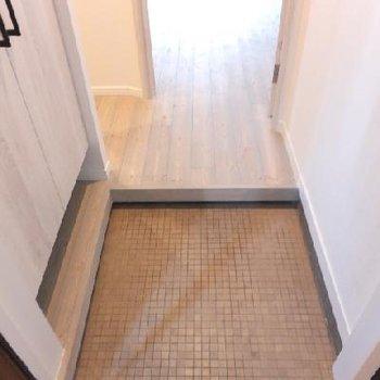 玄関を入るとタイルの床