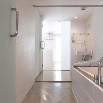 お風呂は同じ空間にまとまっています
