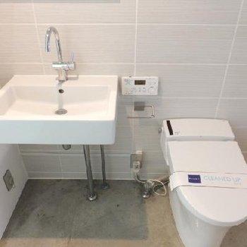 ここもモルタル床。トイレはウォシュレット付き!
