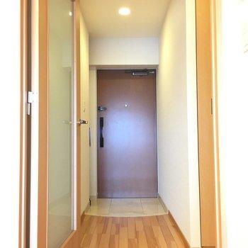 玄関広めで、すぐ脇にシューズボックスっくあります。※前回募集時の写真です。