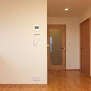 右に並んでいるのが洋室2部屋です