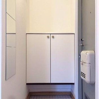 玄関は白のタイルで明るく!下駄箱も新設です※イメージ
