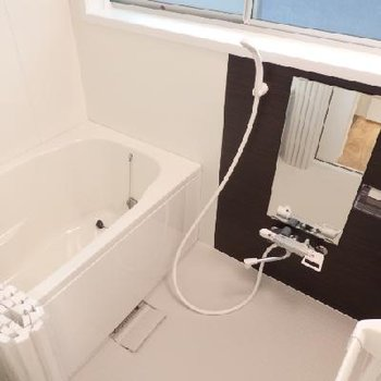 お風呂は窓付き♪