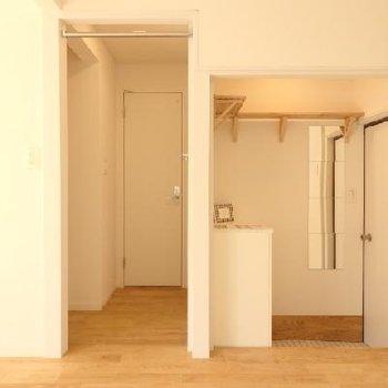 玄関には下駄箱と上にもちょっとした収納もできるように