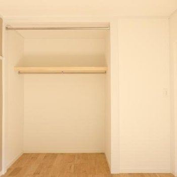 収納はオープンタイプに。手前のパイプにてカーテンの設置ができます