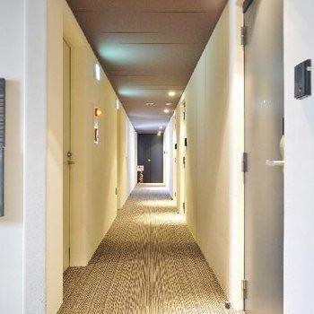 じゅうたん張りの廊下はまるでホテルです!