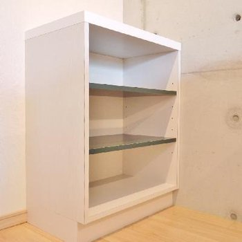 キッチンの後に小さい棚を設置してます。
