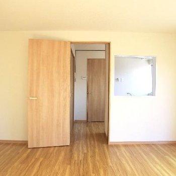 扉の横は、対面式風のキッチンがのぞきます。