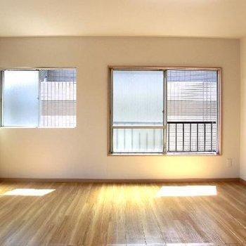 お部屋はシンプルで、窓が沢山!!