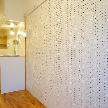 壁の一面には有孔ボードが!