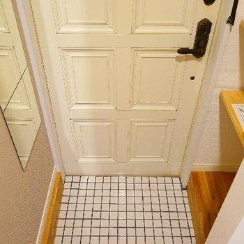 玄関も可愛い白タイルです!