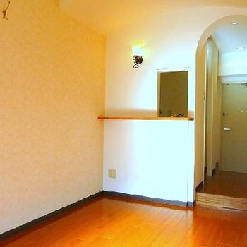 キッチンの小窓と廊下のアーチがいい雰囲気を出しています