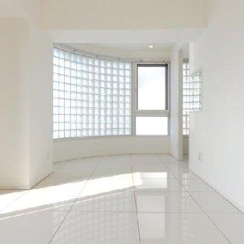 ガラスタイルが施されたお部屋。 (※写真は反転802号室)