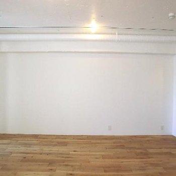 このシンプルな壁をどうアレンジしましょう♪