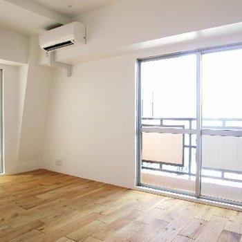 2面採光の寝室。バルコニーがお部屋を囲います。