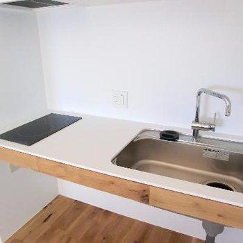 シンプルなキッチンが似合う。IH二口。