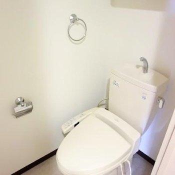 トイレは上部に棚付きです。