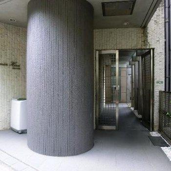エントランスは大きな柱が特徴的です。