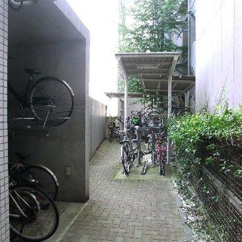 オートロックのサイドに屋根付きの駐輪場♪