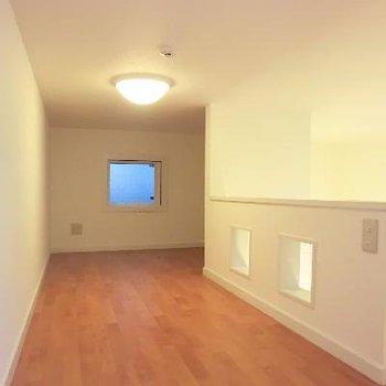 こちらがロフト。天井は低めかな。※写真は2階の同間取り別部屋のものです