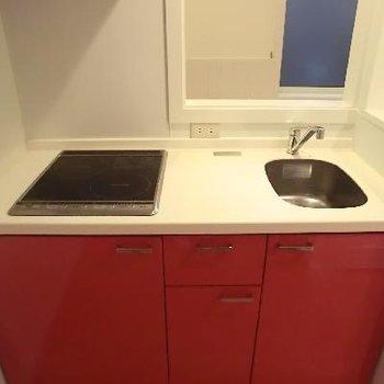 IHの真っ赤なキッチンに惚れ惚れ♪※写真は2階の同間取り別部屋のものです
