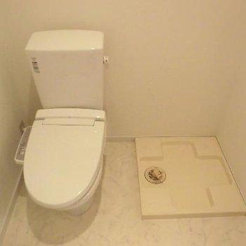 トイレと、洗濯機置き場は隣同士※写真は2階の同間取り別部屋のものです
