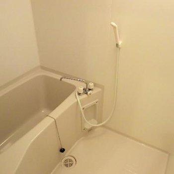 お風呂は普通!!浴室乾燥機付いてます♪※写真は2階の同間取り別部屋のものです