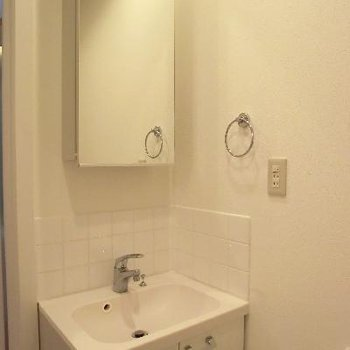 独立洗面台も可愛らしい。※写真は2階の同間取り別部屋のものです