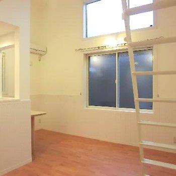 上にまである窓がいいですね。※写真は2階の同間取り別部屋のものです