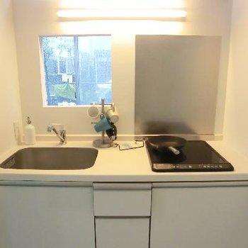 こちらキッチンです!小窓からリビングが見えるのがいいですね。