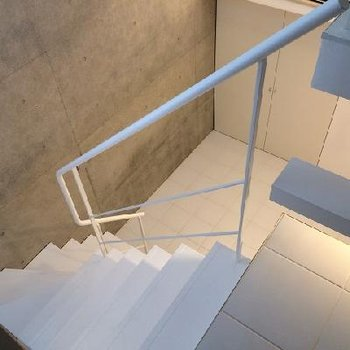 階段の感じもいいですね※写真は別部屋です