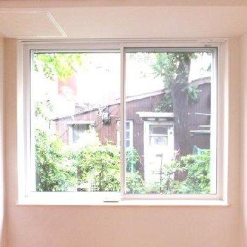 窓横に部屋干し用器具がついています