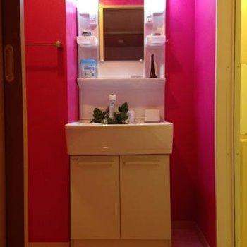 洗面台も徹底したピンクっぷり。