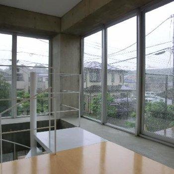 2階です。窓張りの明るい空間。