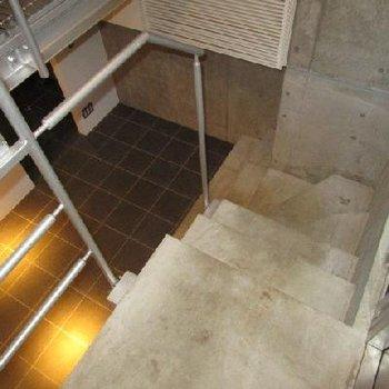 階段から。手すりに植物をぶらさげたい。※写真は別部屋