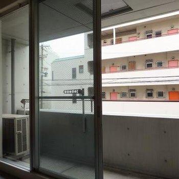 大きな窓。広めのベランダ※写真は別部屋