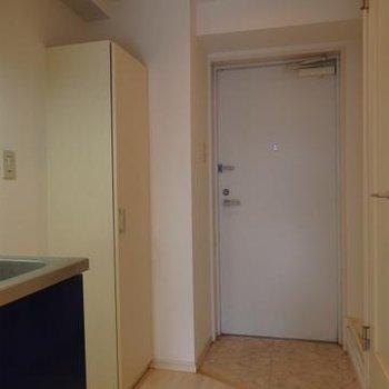 玄関部分にシューズボックス、洗濯機置き場があります ※写真は前回募集のお部屋