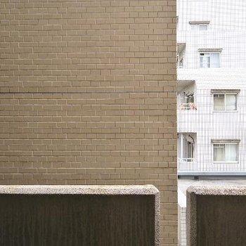お隣さん近めで抜け感はないかな。