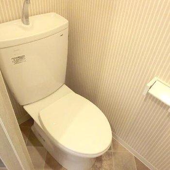 ウォシュレットはありません。床のクロスまでデザイン性高い。(写真は別部屋)