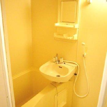 お風呂はミラー付き。ここに歯ブラシが置ける◎