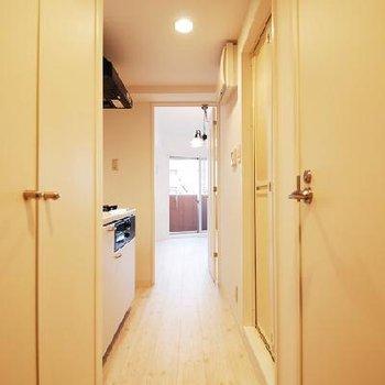 廊下部分!左手には洗濯機置き場、右手にはトイレ!
